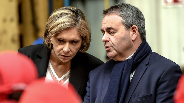 Valérie Pécresse et Xavier Bertrand, le 19 février 2019, lors d'une visite dans une usine àCrespin(Nord). (PHILIPPE HUGUEN / AFP)