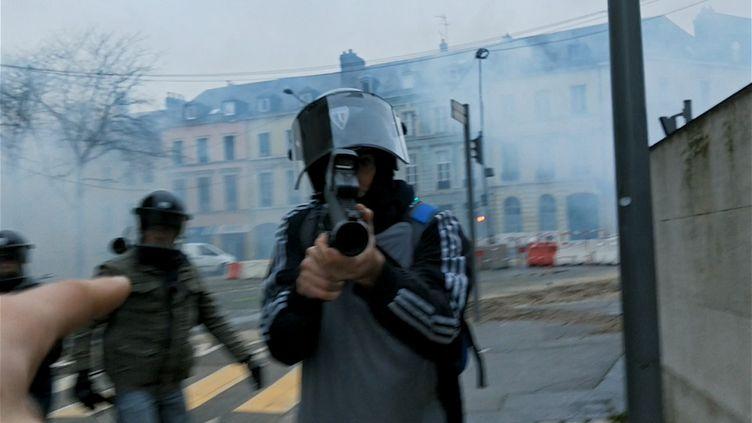"""Viséà bout portant, une image vue dans dans le documentaire """"Un pays qui se tient sage"""" de David Dufresne. (LE BUREAU - JOUR2FETE)"""