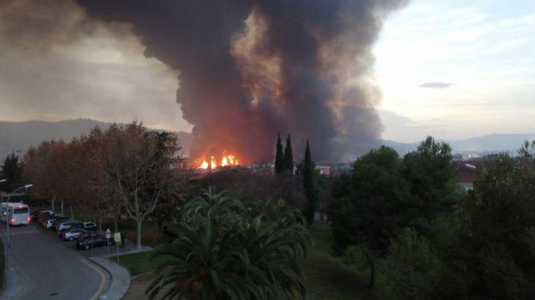 Le feu s'est déclaré dans une usine derecyclage de dissolvants et de résidus industrielsà Montornès-del-Vallès, près de Barcelone. (PROTECTION CIVILE DE CATALOGNE)