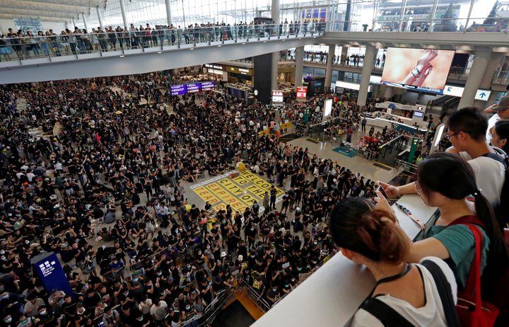 Des manifestants pro-démocratie participent à un sit-in à l'aéroport international de Hong Kong, le 10 août 2019. (ISSEI KATO / REUTERS)