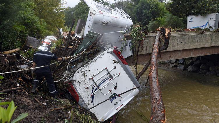 Un camping-car emporté par la crue sans précédent qui a frappé Lamalou-les-Bains (Hérault), faisant quatre morts, le 17 septembre 2014. (PASCAL GUYOT / AFP)