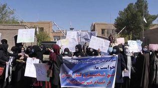 Afghanistan : des femmes manifestent pour leurs droits. (FRANCEINFO)