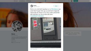 """Un internaute poste sur Twitter une photo d'affiches présentées comme révélant des points clés de l'intrigue de la série """"Game of Thrones"""" et placardées sur des arrêts du tramway de Bordeaux, le 20 mai 2019. (RONANBOIVINEAU / TWITTER)"""