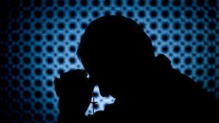 Un prêtre en train de confesser un fidèle. (Illustration) (BANKSPHOTOS / E+ / GETTY IMAGES)