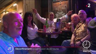 Des Français dans un bar, mercredi 9 juin. (France 2)