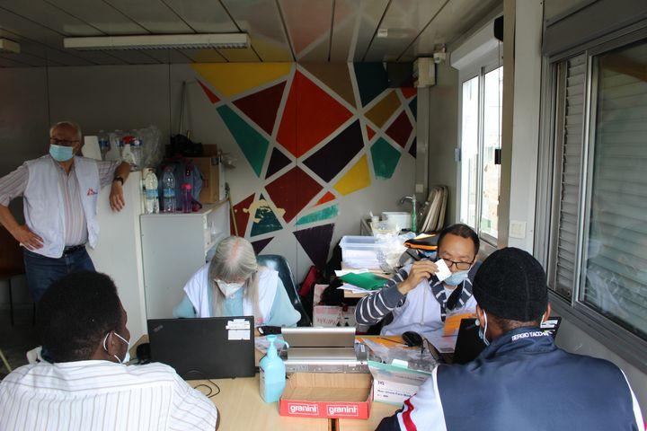 Un entretien avant une vaccination à la permanence de Médecins sans frontières, le 28 juillet 2021 à Paris. (PAOLO PHILIPPE / FRANCEINFO)