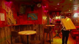 Dans l'Hérault, classé en zone rouge, le préfet a interdit de danser dans les lieux publics, comme les bars. (FRANCE 2)