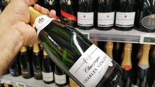 Une bouteille de champagne dans un rayon d'une grande surface, le 7 juillet 2021 (illustration). (ALLILI MOURAD / MAXPPP)