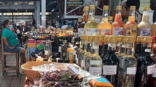 Au marché couvert de Fort-de-France, les commerçants craignent de perdre encore une part importante de leur chiffre d'affaires, durant le nouveau confinement qui débute ce samedi 31 juillet. (THIBAULT LEFEVRE / RADIO FRANCE)