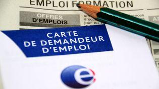 Une carte de demandeur d'emploiet des petites annonces. (CITIZENSIDE / GERARD BOTTINO / AFP)