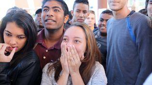 Des lycéens découvrent les résultats du baccalauréat, le 5 juillet 2016 à La Possession (La Réunion). (RICHARD BOUHET / AFP)