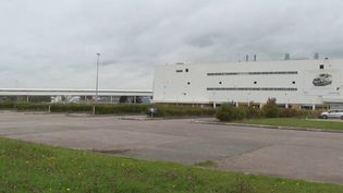 Le manque de composants impacte fortement différentes industries, dont celle de l'automobile. Exemple avec l'usine Renault de Saindouville (Seine-Maritime), complètement à l'arrêt. Reportage. (CAPTURE ECRAN FRANCE 2)