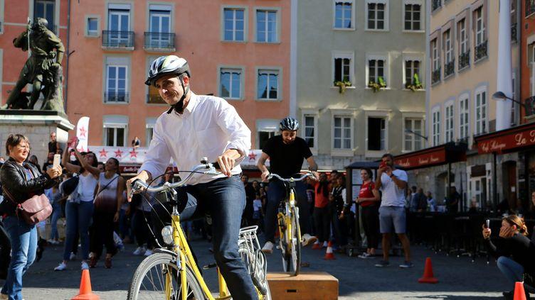 Le maire EELV de Grenoble, Eric Piolle, participe à une animation à vélo sur une place de la ville, le 6 septembre 2018. (MAXPPP)