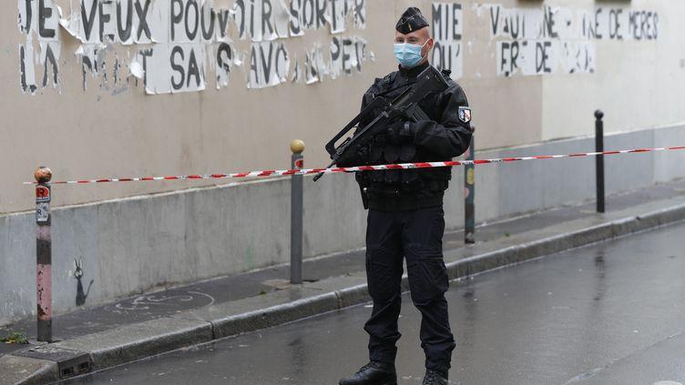 Un gendarme bloque l'accès à la rue Nicolas Appert (11e arrondissement) à Paris, là où une attaque à l'arme blanche a eu lieu, vendredi 25 septembre 2020. (GEOFFROY VAN DER HASSELT / AFP)