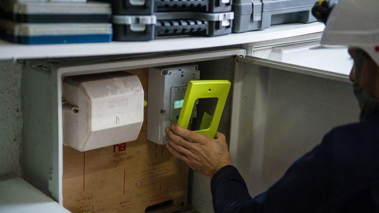 Un compteur électrique Linky en cours d'installation à Sequedin (Nord), le 5 janvier 2018. (MAXPPP)