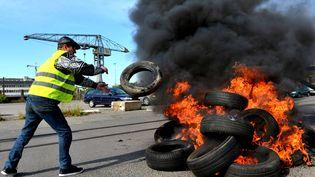 Des grévistes bloquent les accès au quartier industriel deSaint-Nazaire (Loire-Atlantique), pour protester contre la loi Travail, le 24 mai 2016. (MAXPPP)