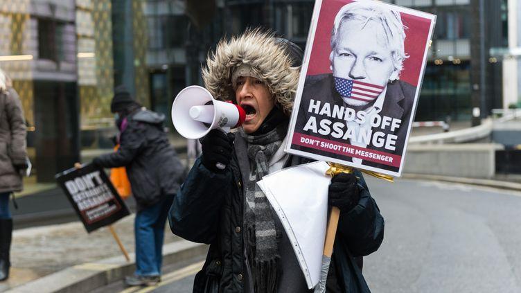 Un soutient du fondateur de WikiLeaks, Julian Assange, manifeste à Londres (Royaume-Uni) avant la décision sur son extradition, le 4 janvier 2021. (WIKTOR SZYMANOWICZ / NURPHOTO / AFP)