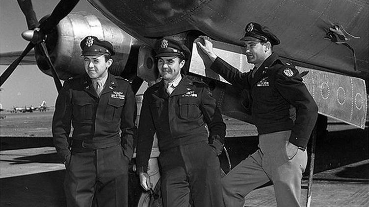 Le navigateur Theodore Van Kirk, le pilotePaul Tibbets et le bombardierThomas Ferebee posent après avoir largué la bombe atomique au-dessus d'Hiroshima (Japon), le 6 août 1945. ( AP / SIPA )