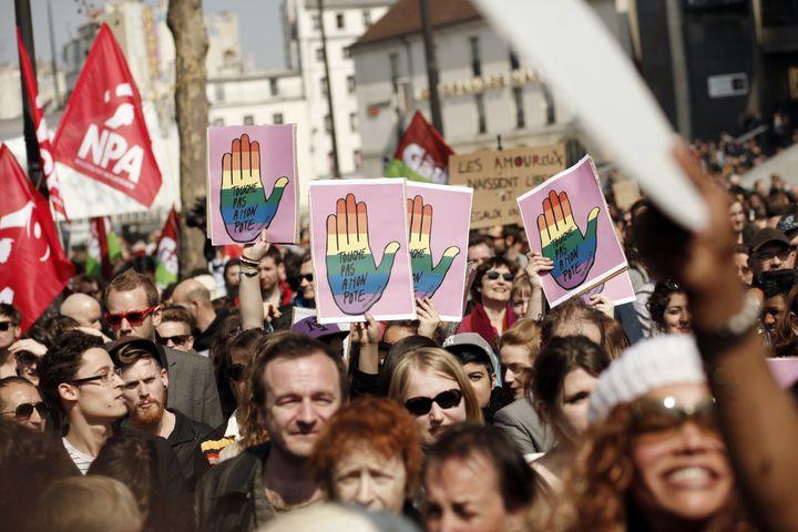 """Rassemblement """"contre l'homophobie"""" et pour l'""""égalité des droits"""" organisé place de la Bastille à Paris le 21 avril 2013. (GUILLAUME BAPTISTE / AFP)"""
