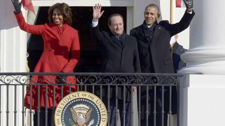 De g. à dr, Michelle Obama,François Hollande et Barack Obama sur le balcon de la Maison Blanche, le 11 février 2014 à Washington (Etats-Unis). (SAUL LOEB / AFP)
