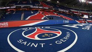 Le logo du PSG déployé lors d'un match au Parc des Princes, à Paris, le 2 novembre 2018. (AFP)