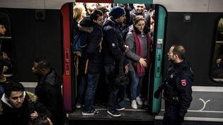 Une rame de RER saturée à Gare du Nord, à Paris, le 13 décembre 2019, neuvième jour de grève contre la réforme des retraites. (CHRISTOPHE ARCHAMBAULT / AFP)