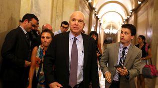 John McCain quitte le Sénat, le 28 juillet 2017, à Washington. (JUSTIN SULLIVAN / GETTY IMAGES NORTH AMERICA / AFP)