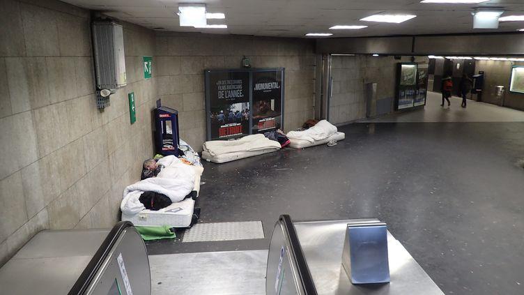 Des personnes sans-abri dorment dans la gare de RER de Saint-Germain-en-Laye, le 07 novembre 2017. (MAXPPP)