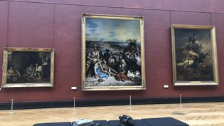 Scène des massacres de Scio de Delacroix retrouve sa place dans la salle Mollien au Louvre. (Manon Botticelli - Franceinfo Culture)