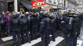 Des policiers entourent des manifestants contre la réforme des retraites, le 2 janvier 2020 à Paris. (FRANCOIS GUILLOT / AFP)