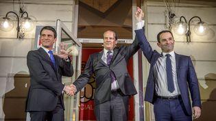 Manuel Valls et Benoît Hamon au soir du second tour de la primaire organisée par le Parti socialiste, le 29 janvier 2017. (CHRISTOPHE PETIT TESSON / EPA)