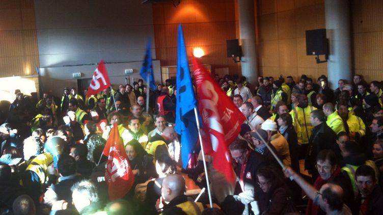 Des centaines de manifestants, salariés d'Air France le 10 février 2012 à Roissy-en-France (AFP)