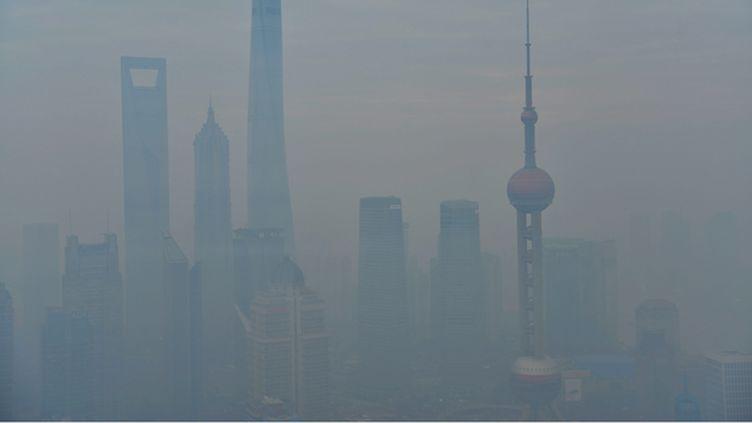 (La ville de Shanghaï dans la pollution © Maxppp)