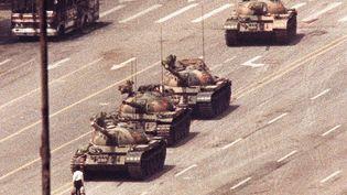 Un homme se tient devant un convoi de chars sur la place Tiananmen, à Pékin, le 5 juin 1989. (REUTERS )