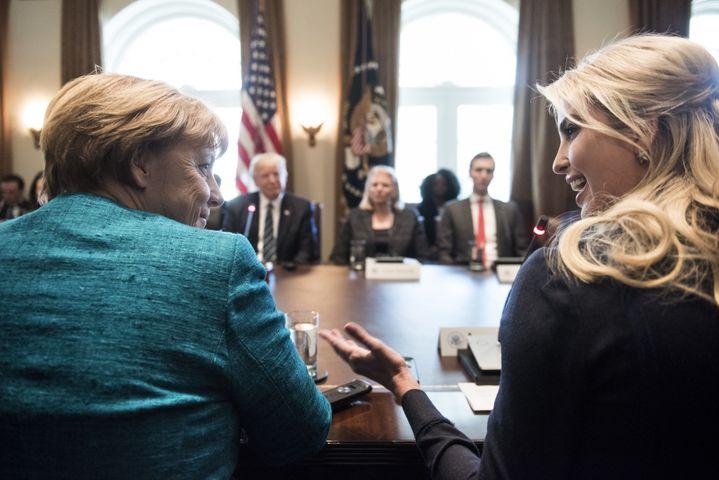 Angela Merkel et Ivanka Trump discutent lors d'une table ronde à la Maison Blanche, à Wasghinton (Etats-Unis), le 17 mars 2017. (BRENDAN SMIALOWSKI / AFP)