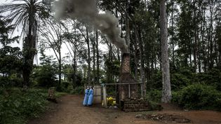 Des soignants brûlent du matériel ayant servi à soigner des patients atteints du virus Ebola à Mangina, en République démocratique du Congo, le 21 août 2018. (JOHN WESSELS / AFP)