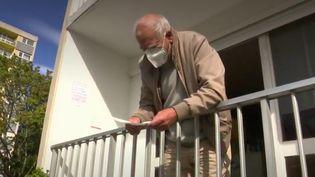 À Montbéliard, dans le Doubs, un médecin généraliste de 75 ans continue de consulter, mais il a choisi recevoir ses patients depuis son balcon, à cause du coronavirus. (FRANCE 3)