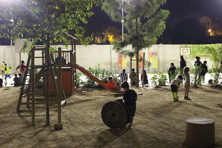 Dans la cour de l'école Dels Encants de Barcelone, dans la soirée du vendredi 29 septembre 2017. (ROBIN PRUDENT / FRANCEINFO)