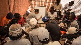 Une école provisoire organisée à Vintimille pour les migrants, à la frontière franco-italienne, le 25 juin 2015. (MAX CAVALLARI / NURPHOTO)