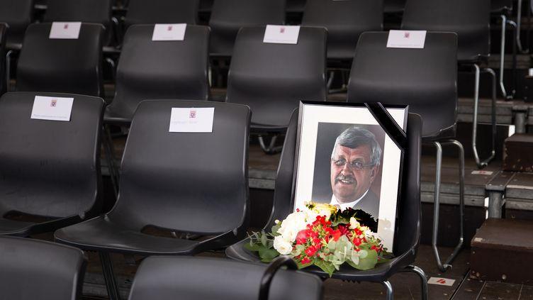 Un portrait de Walter Lübcke, hommage à l'élu retrouvé mort chez lui à Kassel, le 2 juin 2019. (YANN WALSDORF / PICTURE ALLIANCE / AFP)