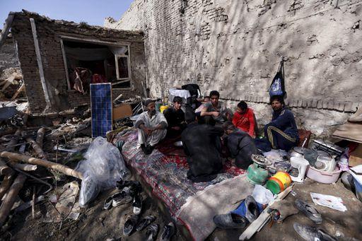 Des habitants de Kaboul mangent le 20 avril 2016 dans leur maison ravagée, la veille, par un attentat-suicide qui visait un bâtiment gouvernemental. (REUTERS - Mohammad Ismail)