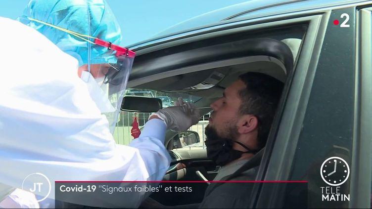 Réalisation d'un test pour détecter le Covid-19. (France 2)