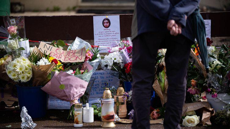 Un passant devant la maison de Chahinez, victime d'un féminicide, à Mérignac (Gironde), le 7 mai 2021. (STEPHANE DUPRAT / HANS LUCAS / AFP)