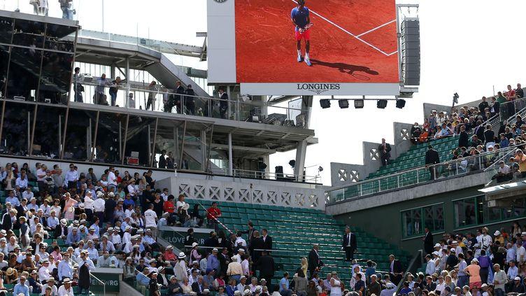 Une partie des tribunes du court central de Roland-Garros a été fermée au public après la chute d'une plaque de métal, le 2 juin 2015. (ELLA LING / AFP)