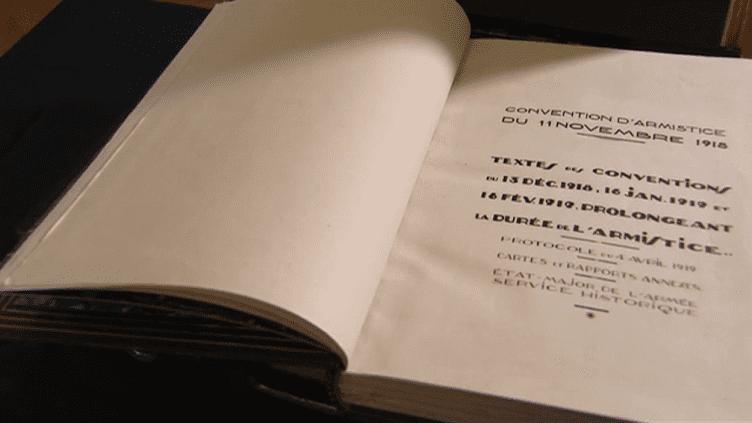 Le document original de la convention d'armistice signée le 11 novembre 1918 dans la clairière de Rethondes est exposé à partir du 22 octobre au château de Vincennes.  (Culturebox - capture d'écran)