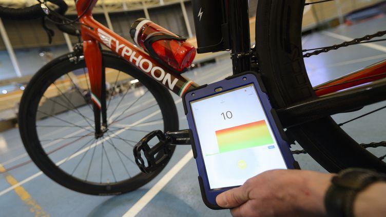 L'UCI a développé un scanner pour détecter les moteurs dans le cyclisme (FABRICE COFFRINI / AFP)