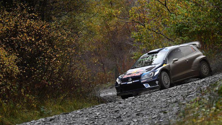 Sébastien Ogier (Volkswagen) s'éclate en Grande-Bretagne (BEN STANSALL / AFP)