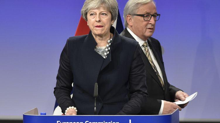 La Première ministre britannique, Theresa May, etle président de la Commission européenne, Jean-Claude Juncker, le 4 décembre 2017, à Bruxelles (Belgique), lors d'une rencontre de négociation sur le Brexit. (JOHN THYS / AFP)