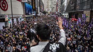 Un militant s'adresse à la foule rassemblée pour manifester contre l'influence de Pékin sur Hong Kong, le 1er janvier 2020. (ISAAC LAWRENCE / AFP)