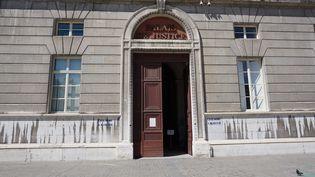 Entrée du palais de justice de Chambéry (Savoie). (CHRISTOPHE VAN VEEN / FRANCE-BLEU PAYS DE SAVOIE)